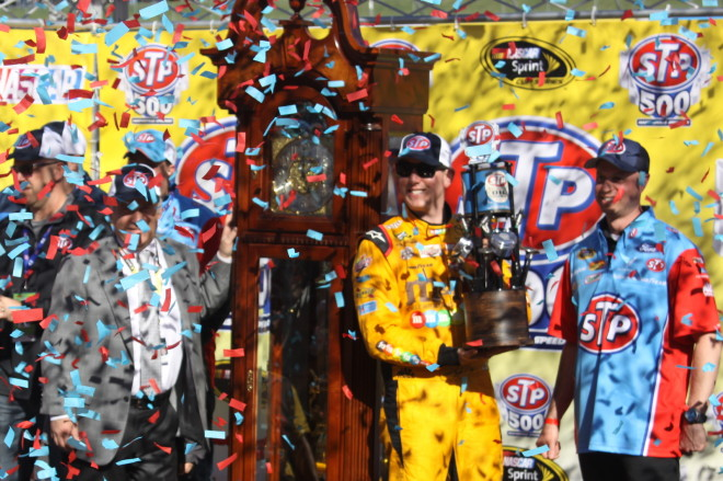 Kyle-Busch-Victory-Lane-Trophy-and-Confetti-Martinsville-2016-Cup-Mike-Neff-660x439